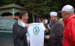 ayvaz-dede-senlikleri-bosna-uetd-tshirtleri-muftiye-veriliyor