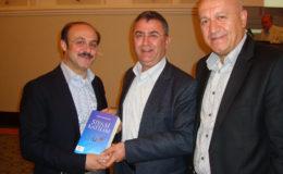 kemal-yurtnac-directie-bureau-turken-in-buitenland-ontvangt-het-nieuwste-boek-van-veyis-gungor